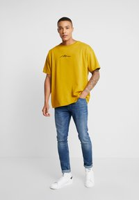 boohoo MAN - SIGNATURE EMBROIDERED OVERSIZED - T-shirt con stampa - mustard - 1