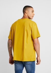 boohoo MAN - SIGNATURE EMBROIDERED OVERSIZED - T-shirt con stampa - mustard - 2