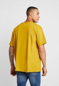 boohoo MAN - SIGNATURE EMBROIDERED OVERSIZED - T-Shirt print - mustard - 2