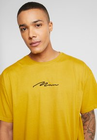 boohoo MAN - SIGNATURE EMBROIDERED OVERSIZED - T-Shirt print - mustard - 4