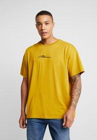 boohoo MAN - SIGNATURE EMBROIDERED OVERSIZED - T-Shirt print - mustard - 0