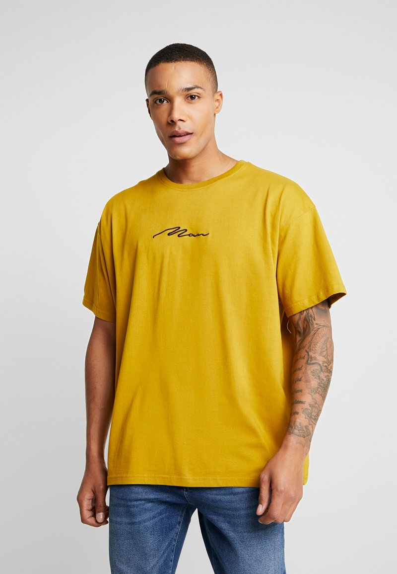 boohoo MAN - SIGNATURE EMBROIDERED OVERSIZED - T-shirt con stampa - mustard