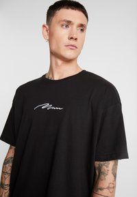 boohoo MAN - SIGNATURE EMBROIDERED OVERSIZED - T-shirt con stampa - black - 4