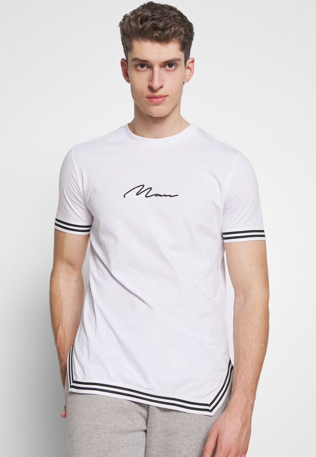 SIGNATURE WITH TAPE DETAIL - T-shirt print - white