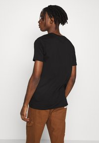 boohoo MAN - SIGNATURE EMBROIDERED - Triko s potiskem - black - 2