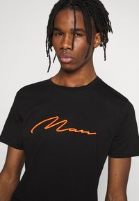 boohoo MAN - SIGNATURE EMBROIDERED - Triko s potiskem - black - 4