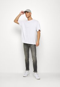boohoo MAN - OVERSIZED NYC EAST COAST BACK PRINT - Triko s potiskem - white - 1