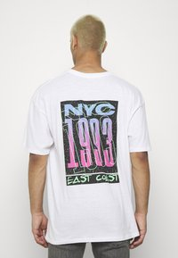 boohoo MAN - OVERSIZED NYC EAST COAST BACK PRINT - Triko s potiskem - white - 2