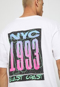 boohoo MAN - OVERSIZED NYC EAST COAST BACK PRINT - Triko s potiskem - white - 4