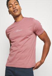 boohoo MAN - MAN SIGNATURE EMBROIDERED 2 PACK - T-shirt print - purple - 4