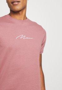 boohoo MAN - MAN SIGNATURE EMBROIDERED 2 PACK - T-shirt print - purple - 6