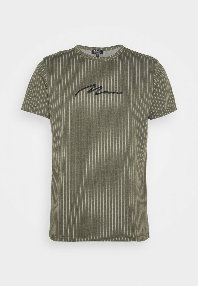 MAN SIGNATURE PINSTRIPE - T-shirt med print - khaki