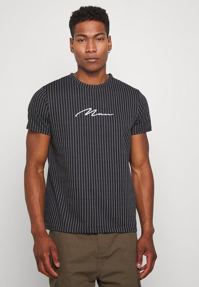 MAN SIGNATURE PINSTRIPE - T-shirt med print - black