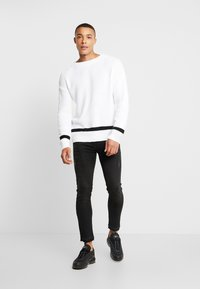 boohoo MAN - WAFFLE JUMPER WITH STRIPE DETAIL - Sweter - white - 1