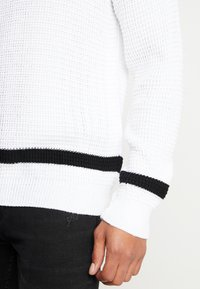 boohoo MAN - WAFFLE JUMPER WITH STRIPE DETAIL - Sweter - white - 5