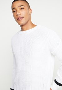 boohoo MAN - WAFFLE JUMPER WITH STRIPE DETAIL - Sweter - white - 3