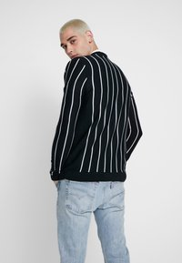 boohoo MAN - VERTICAL STRIPE - Cardigan - black - 2
