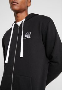 boohoo MAN - MAN AESTHETICS HEAVYWEIGHT LONGLINE ZIP THROUGH - Sudadera con cremallera - black