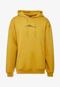 boohoo MAN - SIGNATURE EMBROIDERED HOODIE - Jersey con capucha - mustard - 3