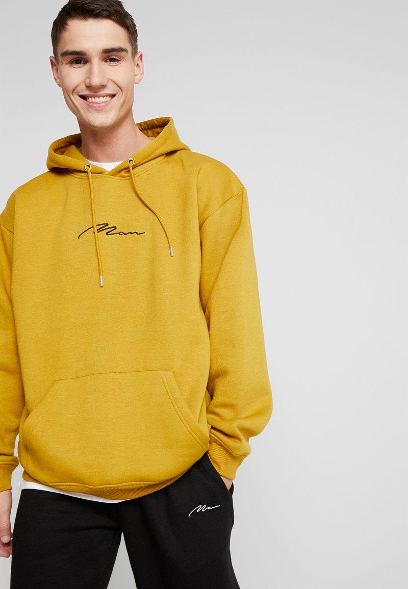 boohoo MAN - SIGNATURE EMBROIDERED HOODIE - Jersey con capucha - mustard
