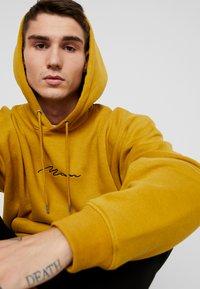 boohoo MAN - SIGNATURE EMBROIDERED HOODIE - Jersey con capucha - mustard - 4