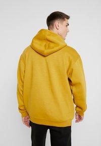 boohoo MAN - SIGNATURE EMBROIDERED HOODIE - Jersey con capucha - mustard - 2