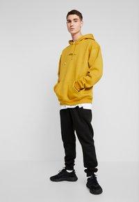 boohoo MAN - SIGNATURE EMBROIDERED HOODIE - Jersey con capucha - mustard - 1