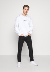 boohoo MAN - SIGNATURE EMBROIDERED OVERSIZED HOODIE - Hoodie - white - 1