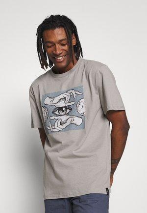 GRAPHIC TEE - T-shirt print - grey