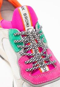 Bronx - BAISLEY - Sneaker low - offwhite/silver/fuchsia - 2