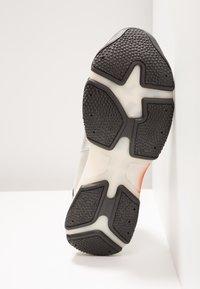 Bronx - BAISLEY - Sneaker low - offwhite/silver/fuchsia - 6
