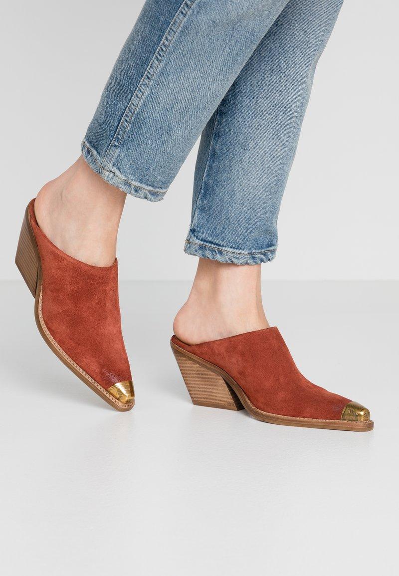Bronx - KOLE - Pantofle na podpatku - deep rust