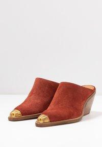 Bronx - KOLE - Pantofle na podpatku - deep rust - 4