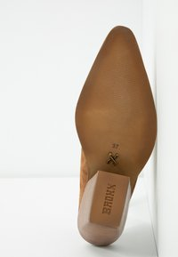 Bronx - KOLE - Pantofle na podpatku - cognac - 6