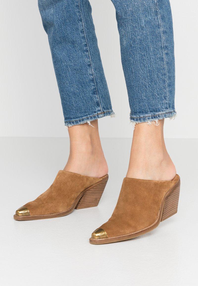 Bronx - KOLE - Pantofle na podpatku - cognac