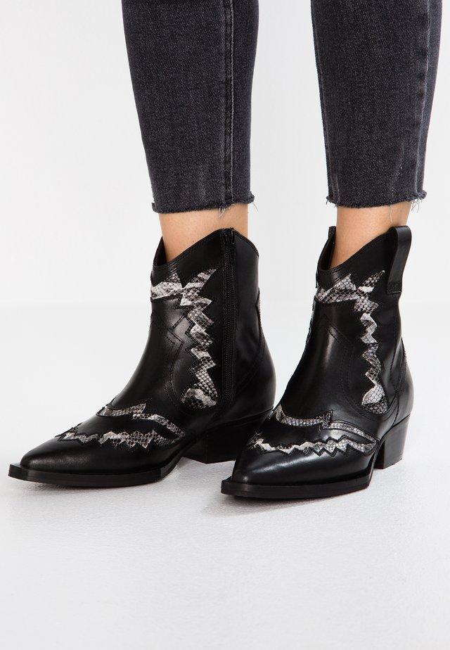 JACKY-JO WESTERN - Cowboy/biker ankle boot - black/white