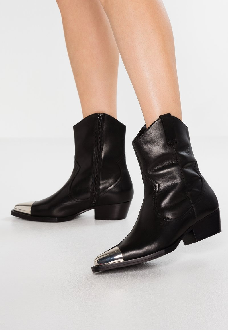 Bronx - JACKY-JO LOW - Cowboy/biker ankle boot - black