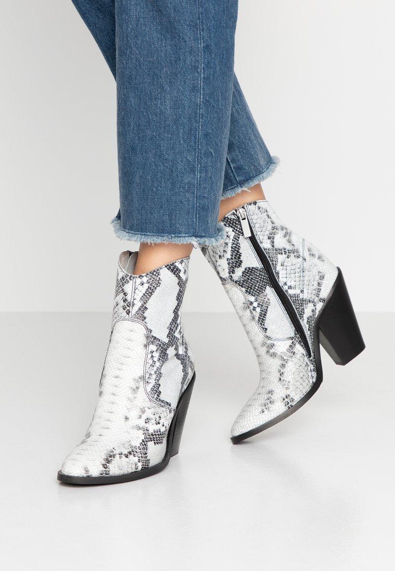 Bronx - High Heel Stiefelette - black/white