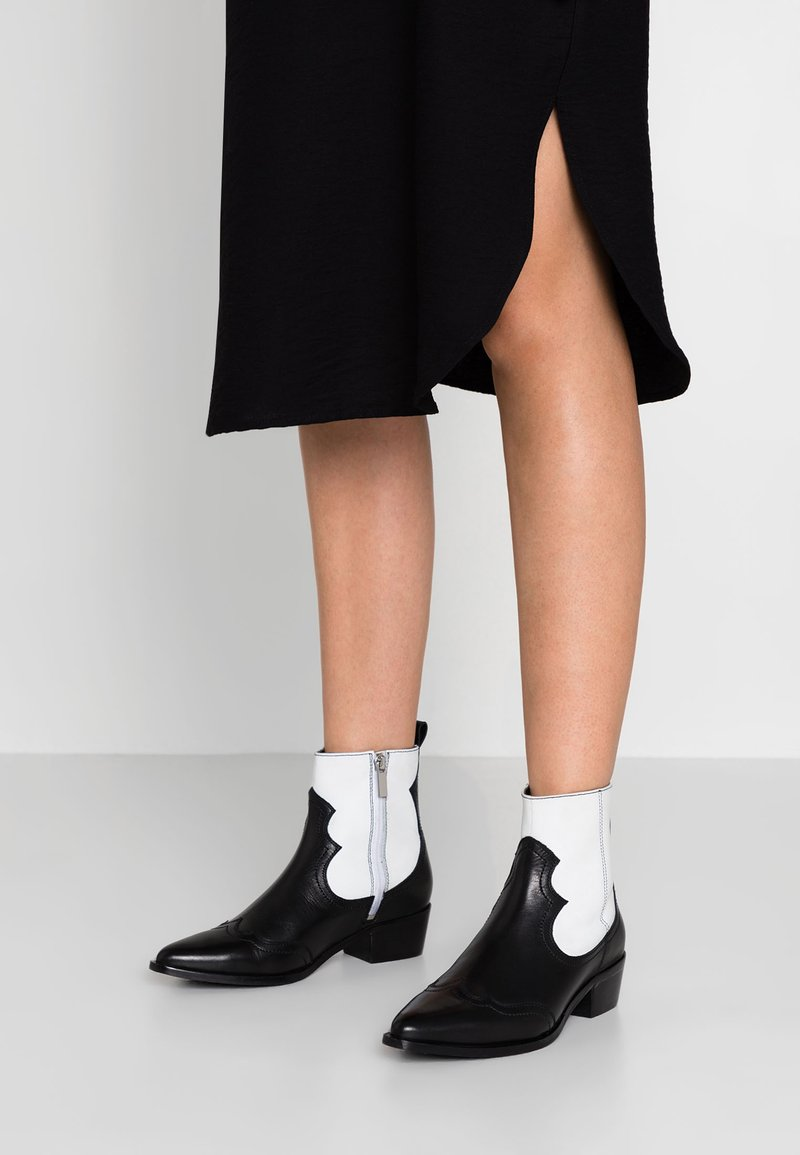 Bronx - Kovbojské/motorkářské boty - black/white