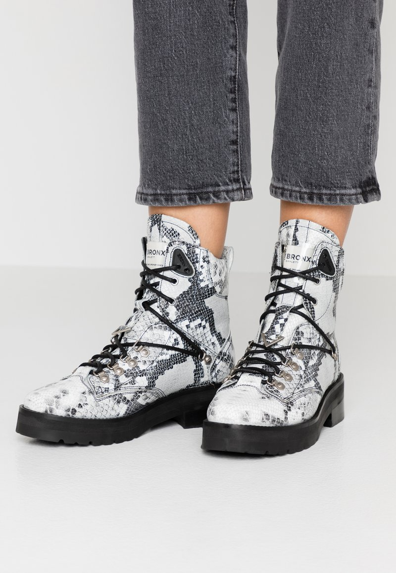 Bronx - Platform ankle boots - black/white
