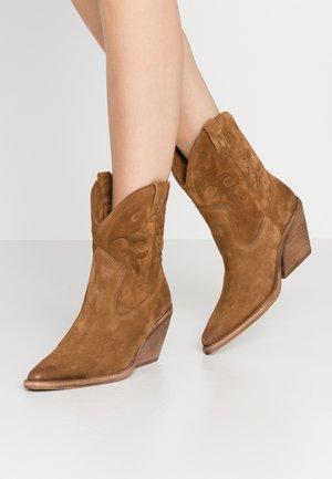 KOLE - Cowboy/biker ankle boot - cognac