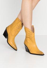 Bronx - NEW KOLE - Cowboystøvletter - mustard - 0