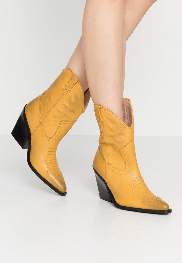 NEW KOLE - Cowboy/biker ankle boot - mustard