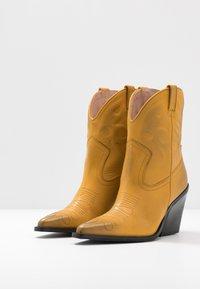 Bronx - NEW KOLE - Cowboystøvletter - mustard - 4