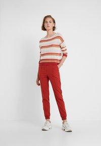 Bruuns Bazaar - RUBY ATLA PANT - Pantalon classique - red rust - 1