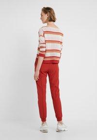 Bruuns Bazaar - RUBY ATLA PANT - Pantalon classique - red rust - 2