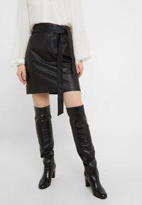 Bruuns Bazaar - PECAN LULLIE  - Kožená sukně - black - 0