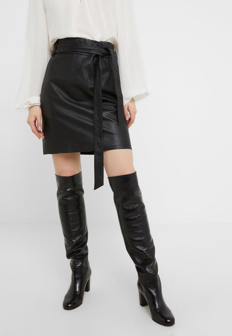 Bruuns Bazaar - PECAN LULLIE  - Kožená sukně - black