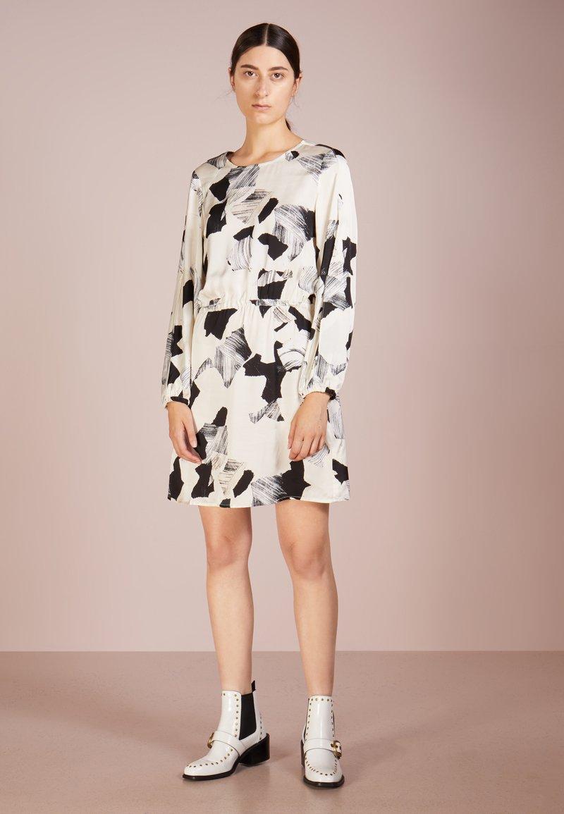Bruuns Bazaar - VENTI STROKE DRESS - Hverdagskjoler - white