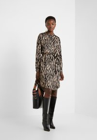 Bruuns Bazaar - ZEBRA TREE AYAN DRESS - Skjortekjole - black/desert sand - 1